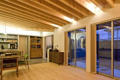 住宅地に建つコートハウス(通り抜け土間のある家) (引越後のリビング,ダイニング)
