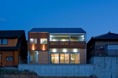 音楽室のある家/土手の見えるハッピーファミリーハウス (ライトアップされた外観)
