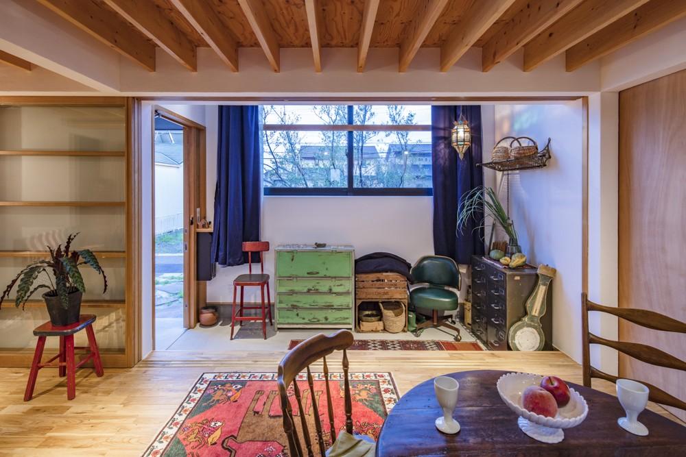 オリーブの木と土間玄関の家 (LDKより土間玄関を見る)