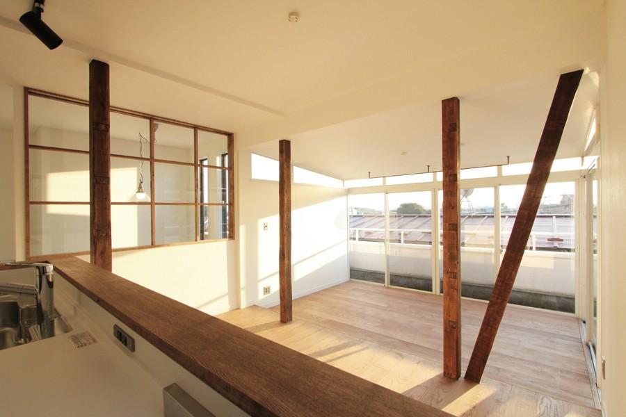 猫と暮らす、二世帯住宅(成城学園前 戸建てリノベーション) (リビングダイニング(2階))