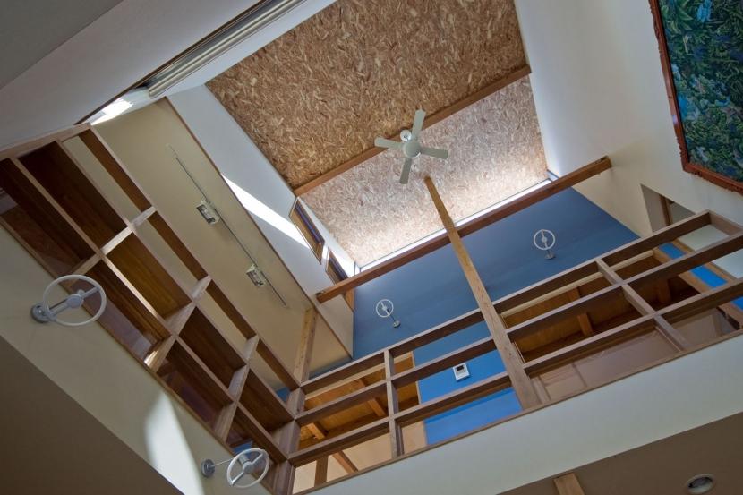 音楽室のある家/土手の見えるハッピーファミリーハウス (吹抜に面して2階に廊下があります)