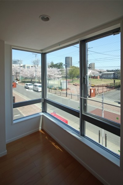 子供に安心な窓の高さと、形の考えた家 (FIX窓で危険の無い、リビング)