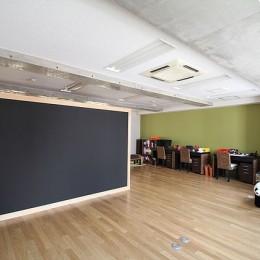 仕事が楽しくなる、木と黒板のオフィス (黒板のオフィス)