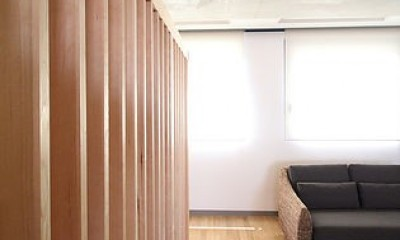 仕事が楽しくなる、木と黒板のオフィス (木のルーバーオフィス)