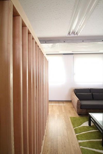 木のルーバーオフィス (仕事が楽しくなる、木と黒板のオフィス)