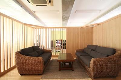 打合せルーム (仕事が楽しくなる、木と黒板のオフィス)
