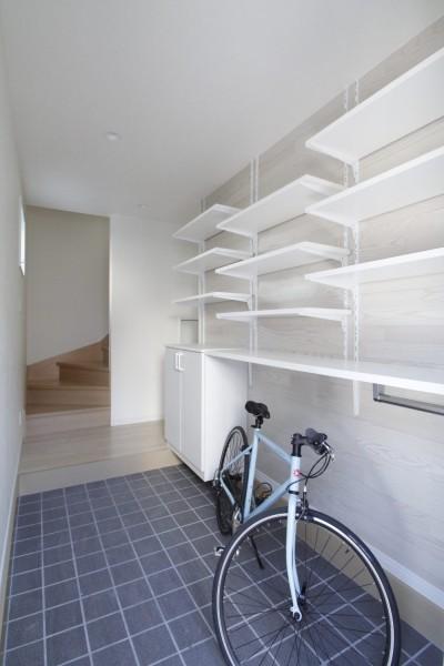 見せる収納+土間空間 (土間空間は見える収納で、使い勝手のよい家)