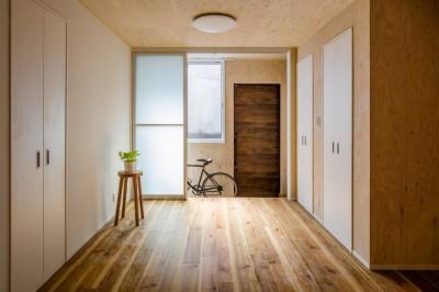 玄関土間+物干し (土間空間は見える収納で、使い勝手のよい家)
