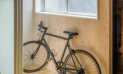 自転車置場+玄関土間|土間空間は見える収納で、使い勝手のよい家