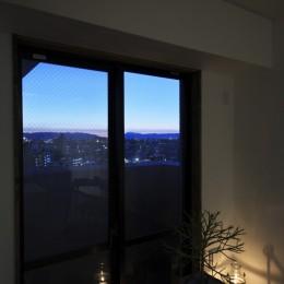 収納でゆるやかに仕切るワンルームの暮らし ~中村区O様邸~ (窓際からの景色)