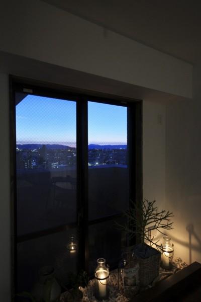 窓際からの景色 (収納でゆるやかに仕切るワンルームの暮らし ~中村区O様邸~)