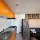 収納でゆるやかに仕切るワンルームの暮らし ~中村区O様邸~の写真 明るい色合いのキッチン