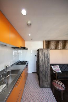 収納でゆるやかに仕切るワンルームの暮らし ~中村区O様邸~ (明るい色合いのキッチン)
