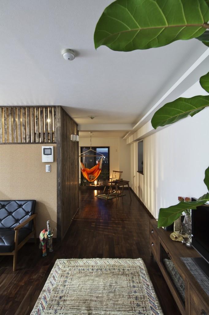 収納でゆるやかに仕切るワンルームの暮らし ~中村区O様邸~ (リビング側から寝室を見る)
