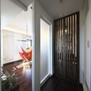 収納でゆるやかに仕切るワンルームの暮らし ~中村区O様邸~の写真 明るい玄関ホール