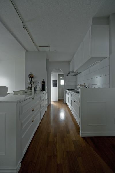 既存のキッチンをクラシックなデザインに。 (輸入住宅のようなモールディングリノベーション)