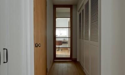 大胆な間取り変更で動線を暮らしやすく整理 (ルーバー扉の大型収納)