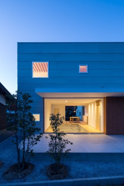 米原の家 (南側外観夕景)