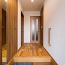 程よい距離感で過ごせる、二世帯住宅に『まるごと再生』の写真 【玄関】