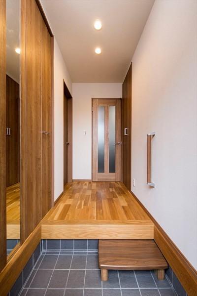 【玄関】 (程よい距離感で過ごせる、二世帯住宅に『まるごと再生』)