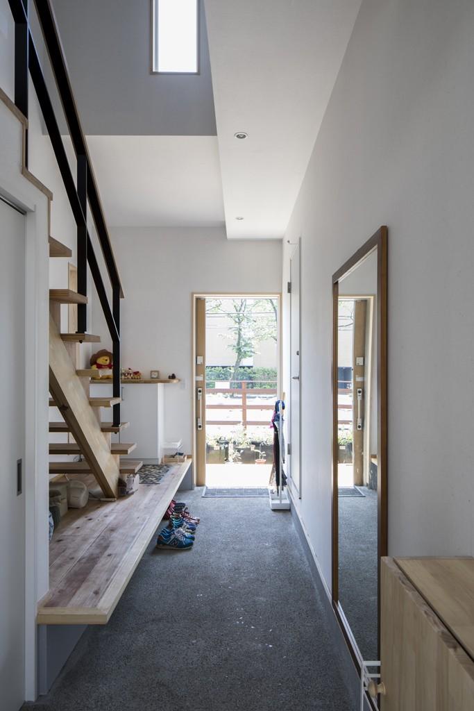 緑が繋ぐ二世帯の家 (玄関)