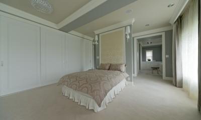 ホテルライクなベッドルーム (ベッドの裏にはパウダールーム)
