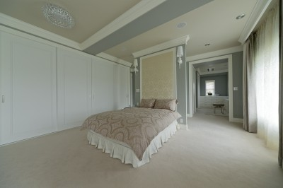 ベッドの裏にはパウダールーム (ホテルライクなベッドルーム)