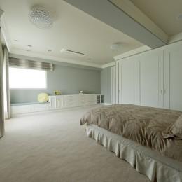 ホテルライクなベッドルーム (収納も充実しています)