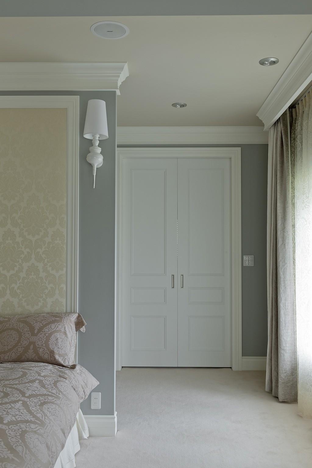 ホテルライクなベッドルーム (引き込み戸にもモールディングを使用)