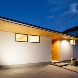 haus-flow/地域のオアシスとしての平屋中庭付き住宅 (haus-flow 外観 夕景)