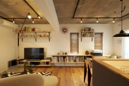 躯体を活かしたソリッドな空間。建築家夫妻が描く理想の住まい。 (リビングダイニング)