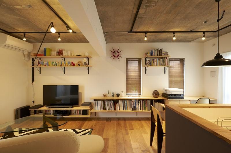 リビングダイニング (躯体を活かしたソリッドな空間。建築家夫妻が描く理想の住まい。)