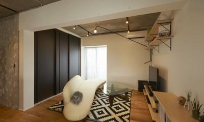リビング|躯体を活かしたソリッドな空間。建築家夫妻が描く理想の住まい。