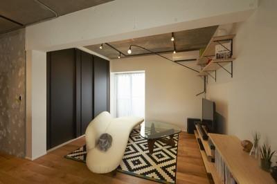 リビング (躯体を活かしたソリッドな空間。建築家夫妻が描く理想の住まい。)