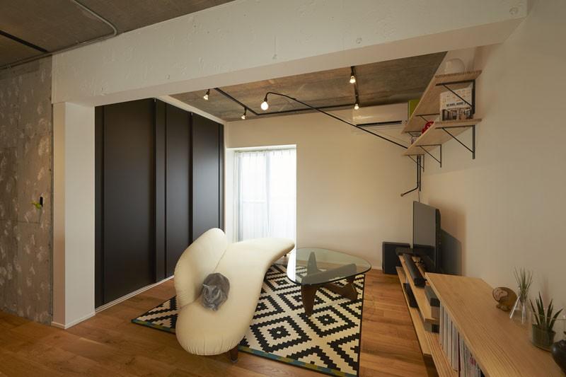 躯体を活かしたソリッドな空間。建築家夫妻が描く理想の住まい。 (リビング)
