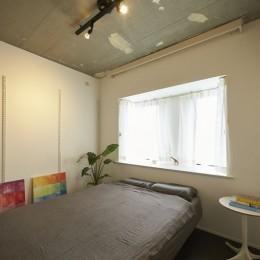 躯体を活かしたソリッドな空間。建築家夫妻が描く理想の住まい。 (主寝室)