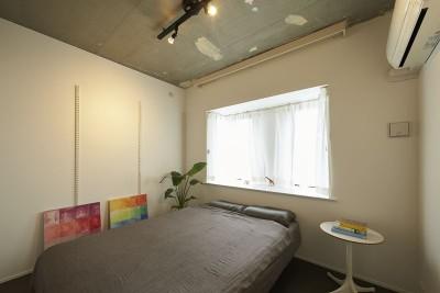 主寝室 (躯体を活かしたソリッドな空間。建築家夫妻が描く理想の住まい。)