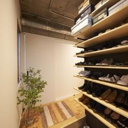 躯体を活かしたソリッドな空間。建築家夫妻が描く理想の住まい。 (玄関)