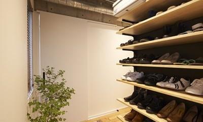 玄関|躯体を活かしたソリッドな空間。建築家夫妻が描く理想の住まい。