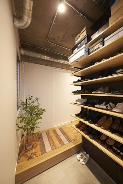 玄関 (躯体を活かしたソリッドな空間。建築家夫妻が描く理想の住まい。)