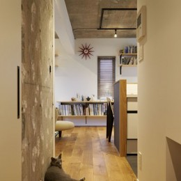 躯体を活かしたソリッドな空間。建築家夫妻が描く理想の住まい。 (廊下)