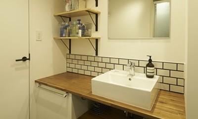 躯体を活かしたソリッドな空間。建築家夫妻が描く理想の住まい。 (洗面室)