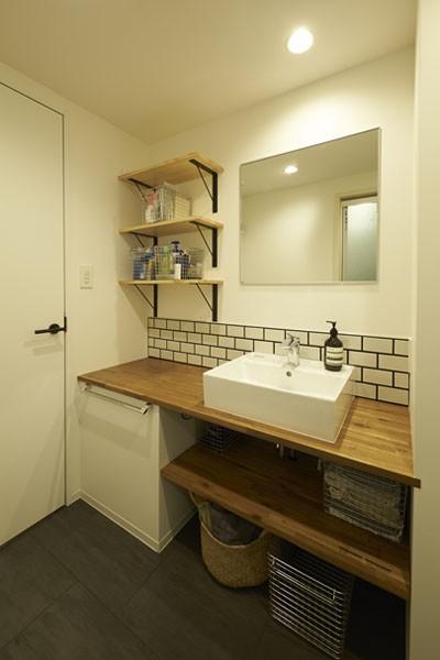 洗面室 (躯体を活かしたソリッドな空間。建築家夫妻が描く理想の住まい。)