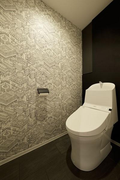 トイレ (躯体を活かしたソリッドな空間。建築家夫妻が描く理想の住まい。)