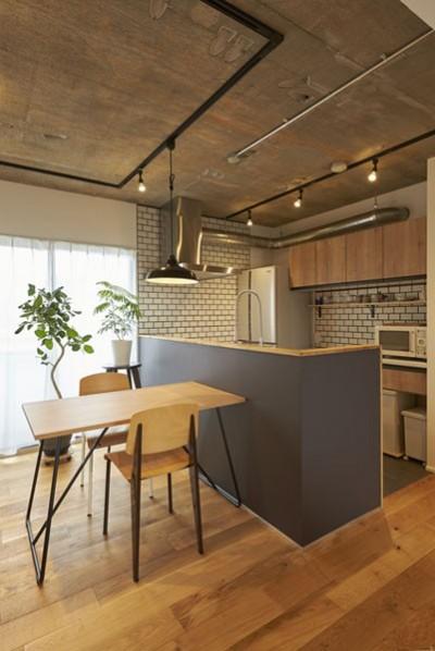 キッチン (躯体を活かしたソリッドな空間。建築家夫妻が描く理想の住まい。)