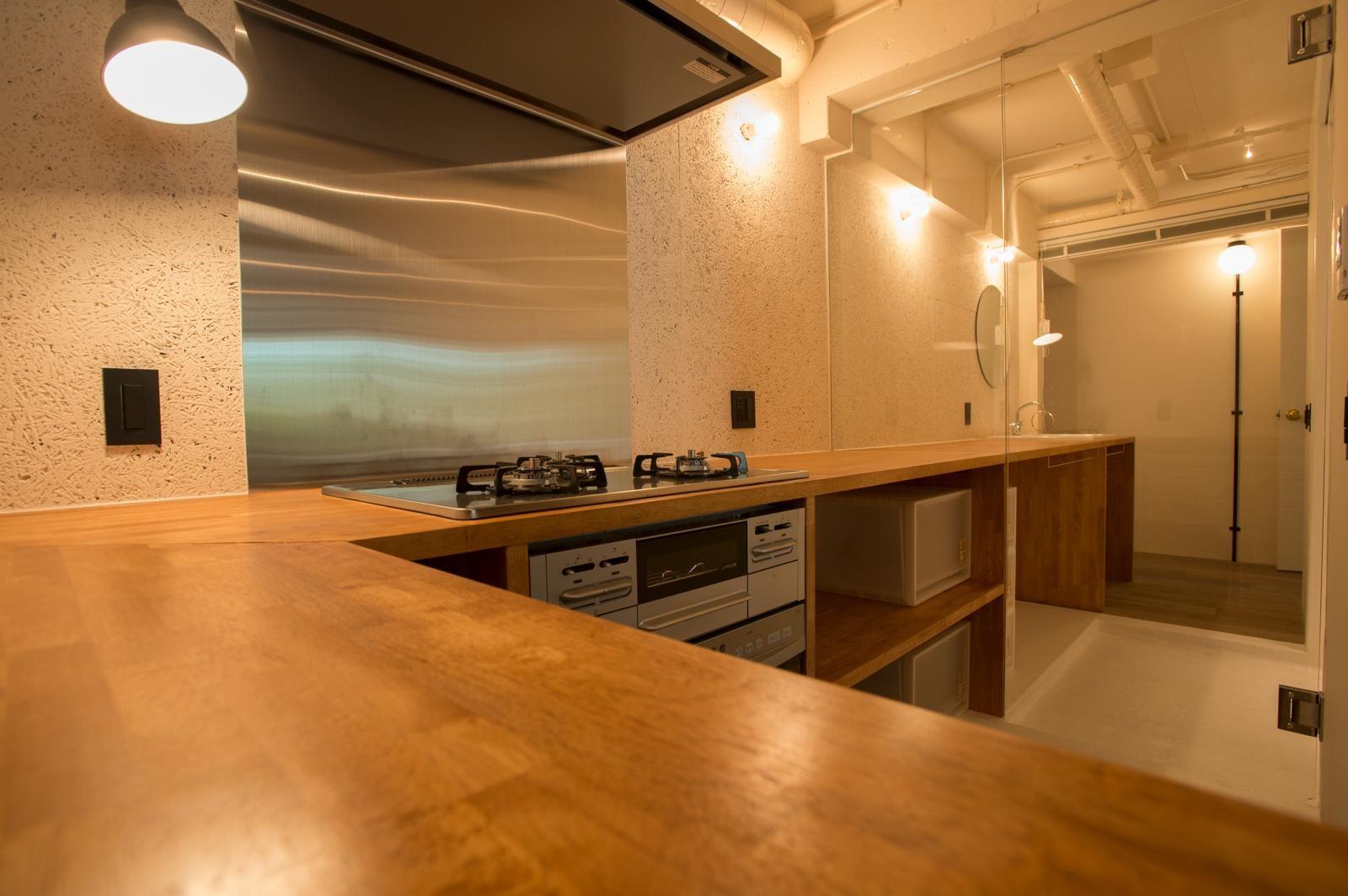 キッチン事例:ぐるっと回ってキッチンへ(港町を感じる横浜のヴィンテージマンションリノベ)