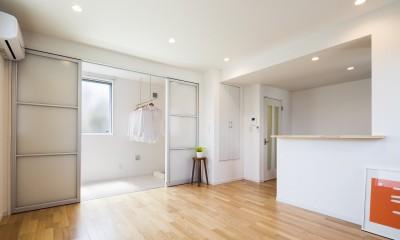 洗濯を効率的に仕舞う間取りプラン。サンルームで部屋干し、住宅密集地では屋上。たたんで、しまう、効率的な部屋の作り方をした家