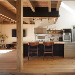 焼杉に包まれた優しい木の家