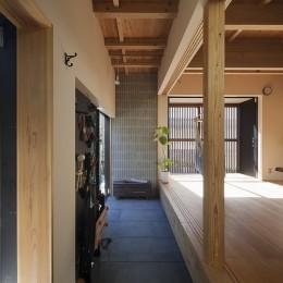 土間空間と素材 (焼杉に包まれた優しい木の家)