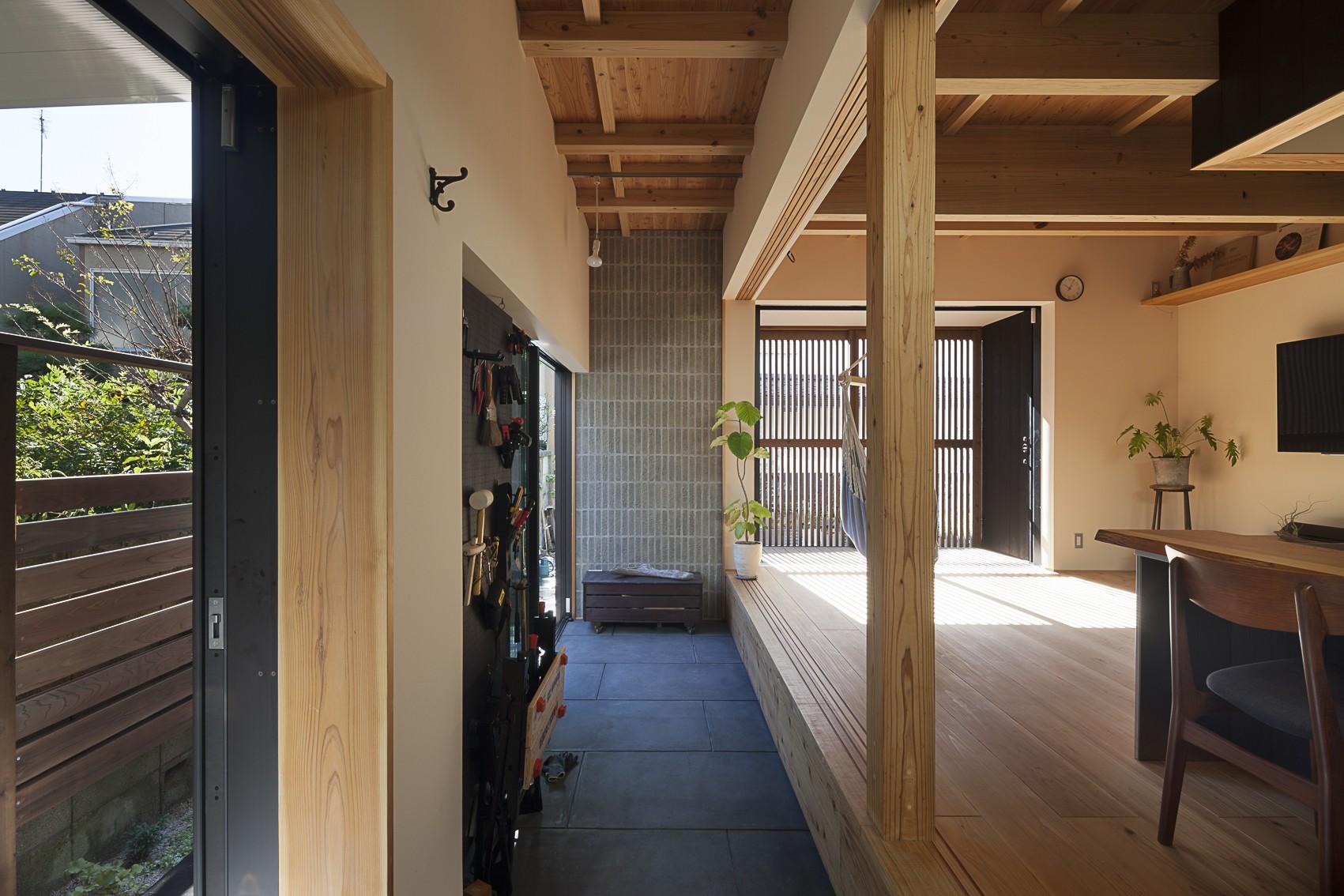焼杉に包まれた優しい木の家 (土間空間と素材)